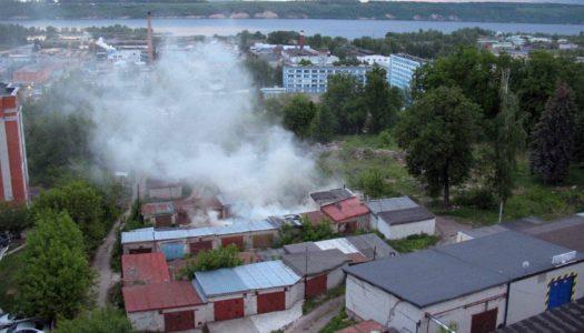 На улице Шустова загорелся гараж